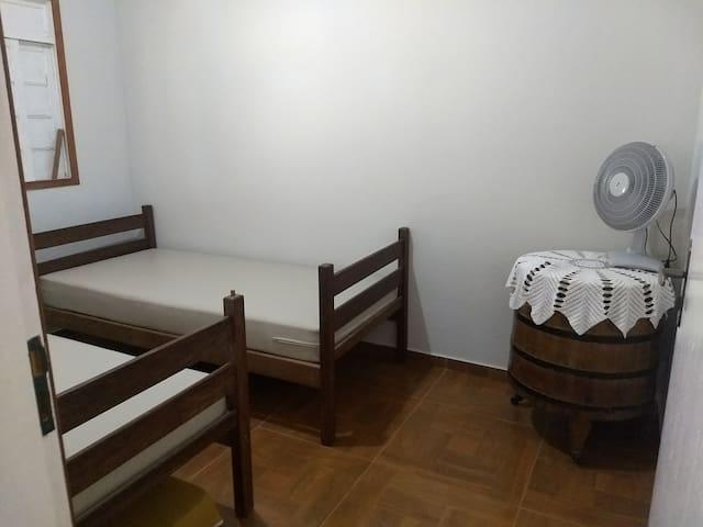 Quarto com duas camas.