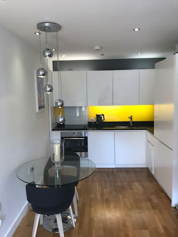 Modern Flat - Double Bedroom in Central London