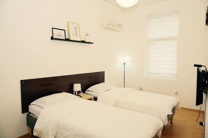 Central homestay-Twin room opp to Serdika Station