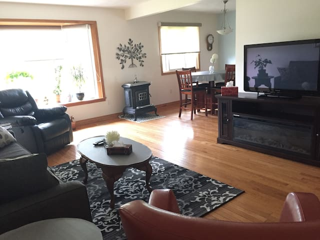 Suburban home near Niagara Falls Canada with pool