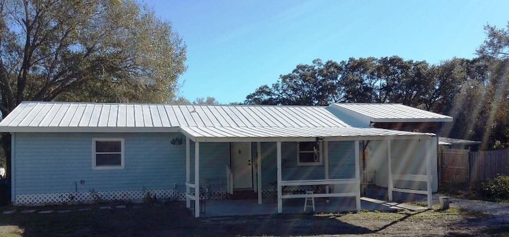Private, fenced yard close to shops/restaurants!