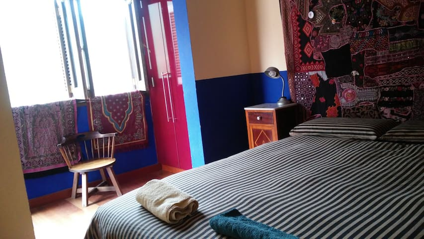 Habitación, cama doble y jardín - Urbanización la Suerte - Hus