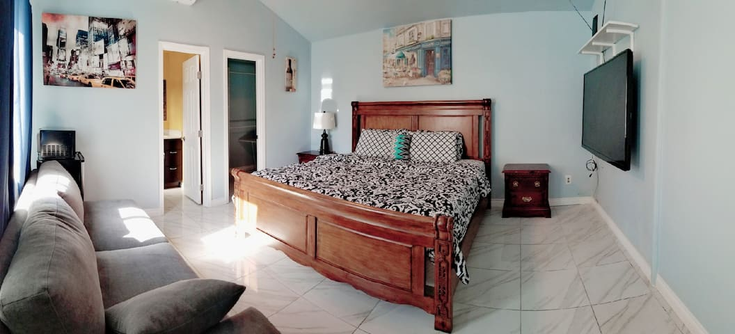 Private suite/bath/entry close to Knott's/Disney