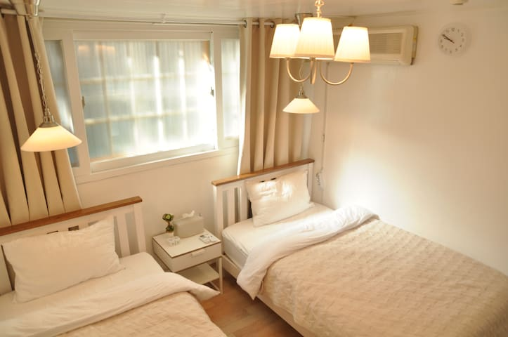 Lovely house 5min Hongik stn-1BR+1Dining room