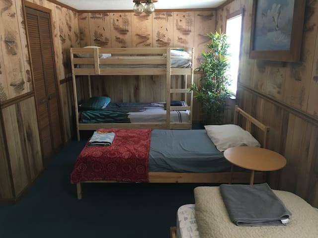 Single bed in shared room(6), 1block to the beach