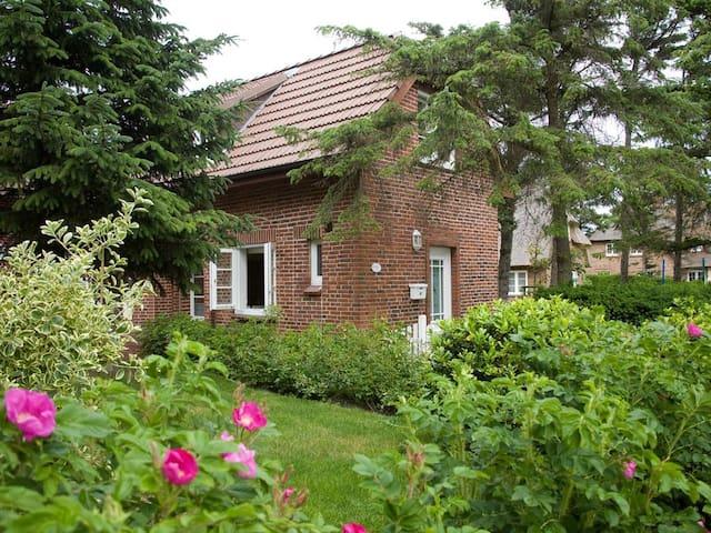 """Ferienhaus """"An der Düne"""" nah am Strand mit Garten"""