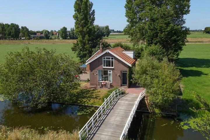 Vrijstaand huisje aan vaarwater en uitzicht rondom