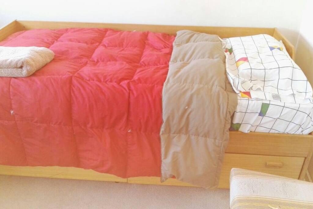 cama 1 plaza con cobertor y sabanas