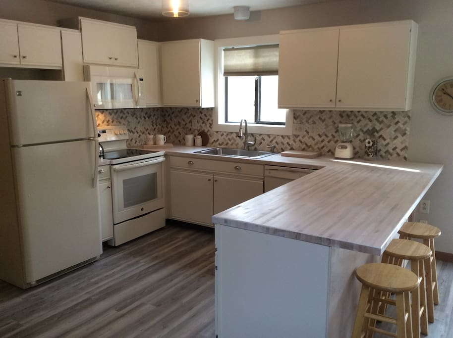 Our kitchen is fully equipped. Just bring your favorite foods and K-Cup - Lake Naomi house rental