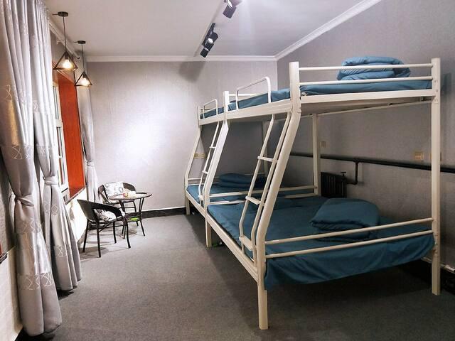 绿能客栈双床房(2),可住4-6人,免费停车,独立卫生间,交通方便,提供羽毛球、台球,投影等设施
