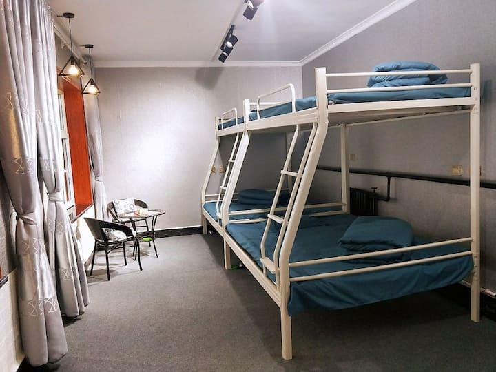 绿能客栈双床房,可住4-6人,免费停车,独立卫生间,交通方便,提供羽毛球、台球,投影等设施