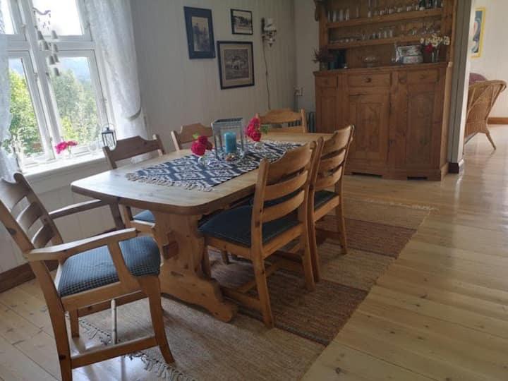 Landlig tømmerhusidyll med bade-og fiskemuligheter