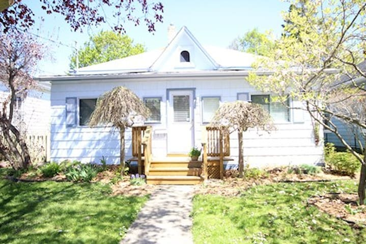 Historic Huron Tract Cottage - Goderich - House