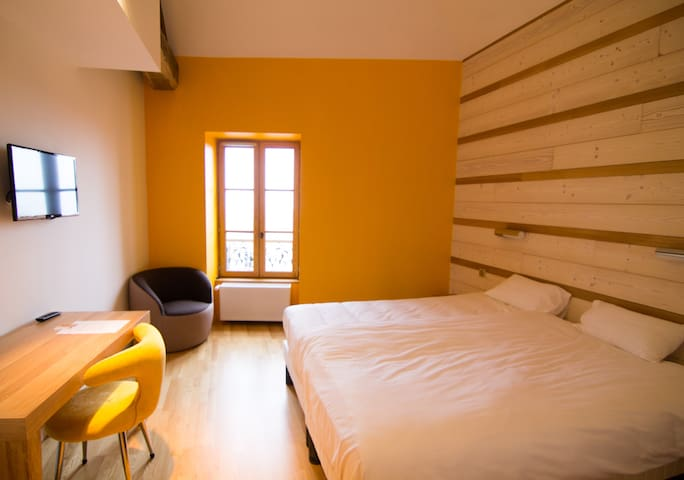Chambre Double Deluxe 'Tournesol', centre ville - Ambierle - Bed & Breakfast