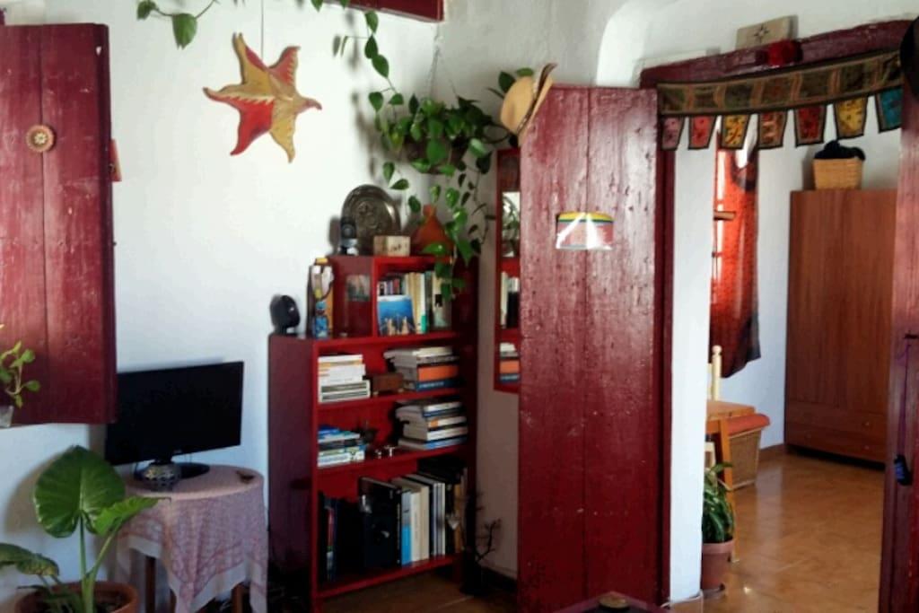 Saloncito con puerta al dormitorio