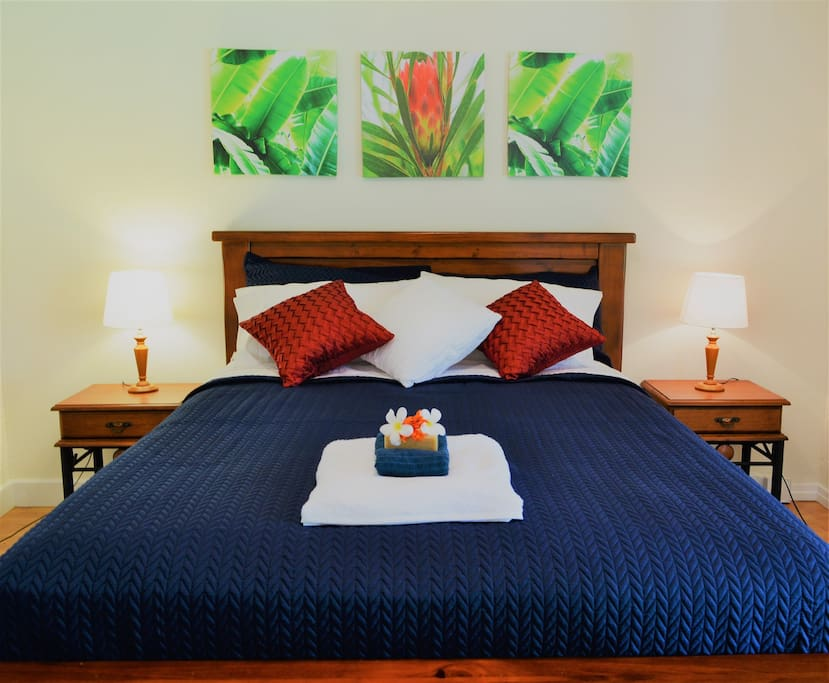 Our supercomfortable queensize bedroom.