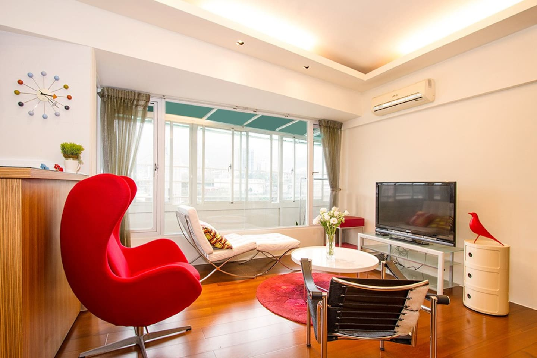 寬敞客廳,柚木地板, 全新空調,可收看各國節目