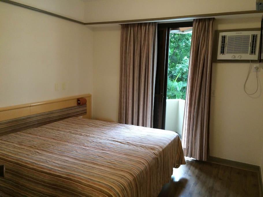 Dormitório, com sacada,armário, ar condicionado e TV Led 32 pol.