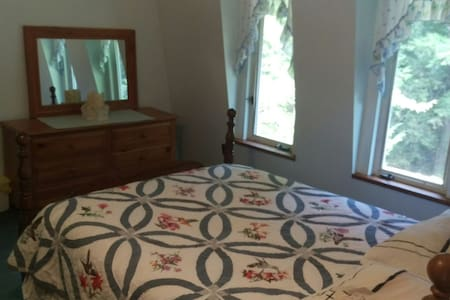 Spacious room with view of stream - Bed & Breakfast