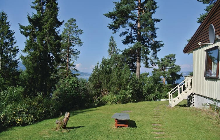 Holiday cottage with 4 bedrooms on 81 m² in Krokkleiva
