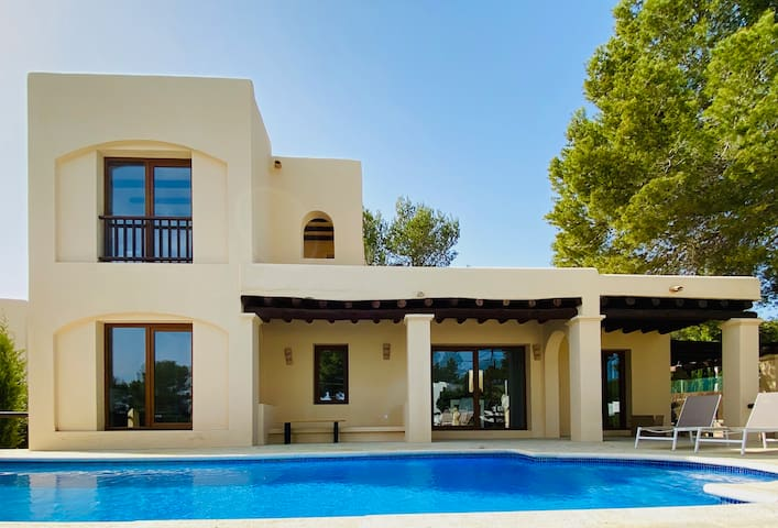 Great villa with tennis, seaview and rooftop bar