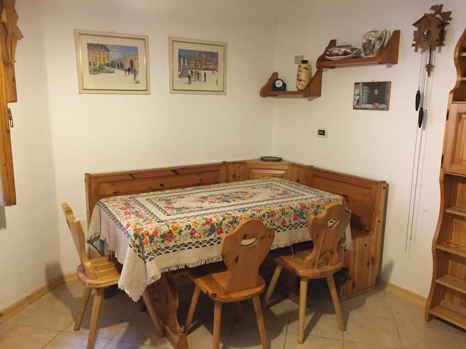 Soggiorno/cucina con grande tavolo.