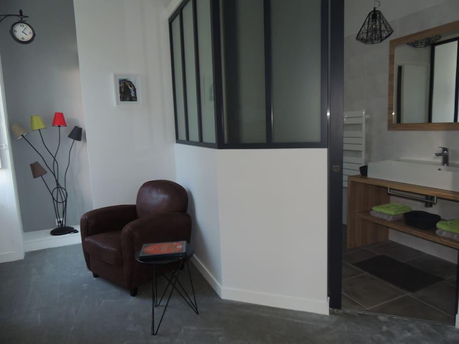 La chambre nantaise comporte un petit salon et un espace bureau