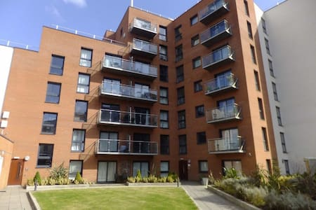 Amazing 2 bed 2bath with parking 5 min city centre - Salford - Lägenhet