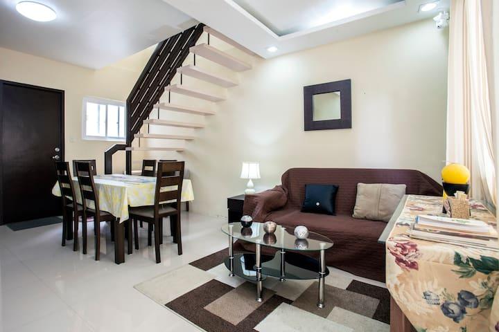 Tagaytay Hampton Villa Furnished and with Wi-Fi - Tagaytay - Ev