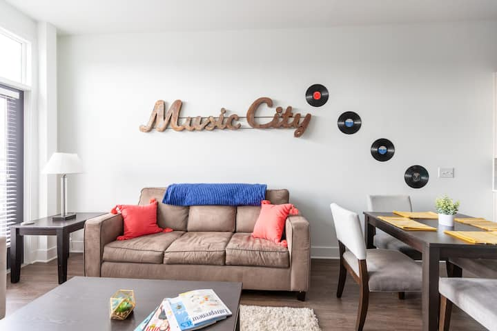 Music City Apartment blocks from Downtown w/Pool
