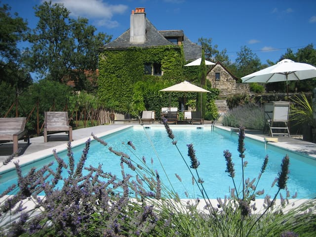 Beautiful 18th century farmhouse with pool - Vailhourles - Huis