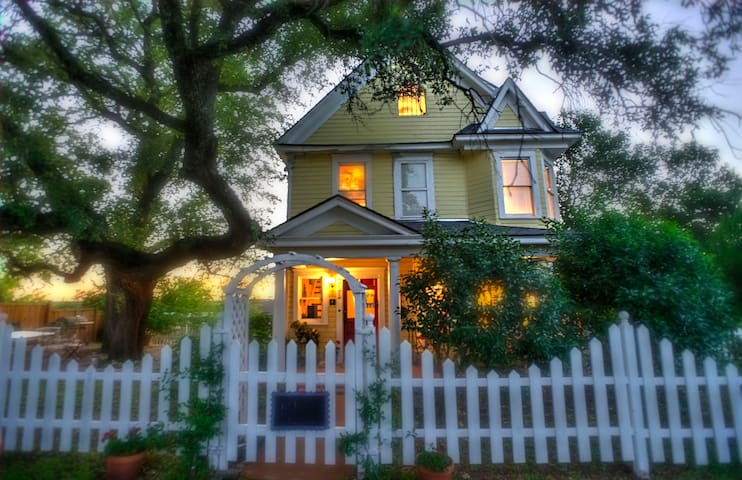 STORYBOOK VICTORIAN HOME- DOWNTOWN MARBLE FALLS - Marble Falls - 一軒家