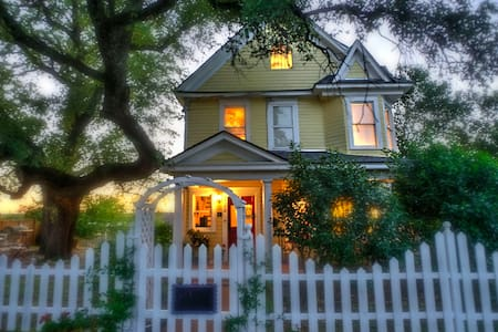 STORYBOOK VICTORIAN HOME- DOWNTOWN MARBLE FALLS - Haus
