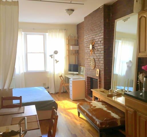 Cozy studio w/kitchen & bathroom. Great location