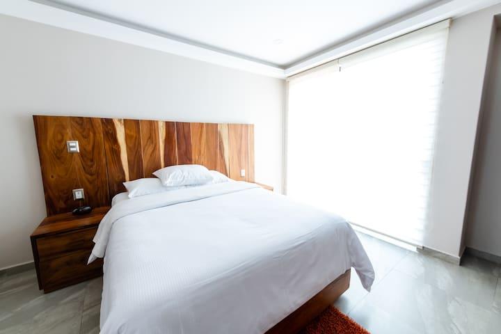 """Recamara con baño, cama queen size, 3 almohadas, cobertor extra, iluminaciòn natural, pantalla 50"""", cable e internet, closet, burro y plancha, reloj despetador, ."""