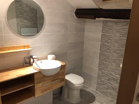 chambre privée avec lit double dans grande maison