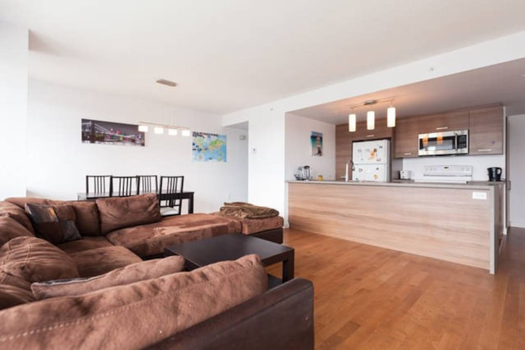 Salon très lumineux avec grand canapé d'angle / Living room really luminous with a big corner sofa
