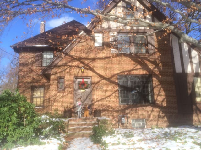 Historic 4 bedroom Tudor - Grove City - House