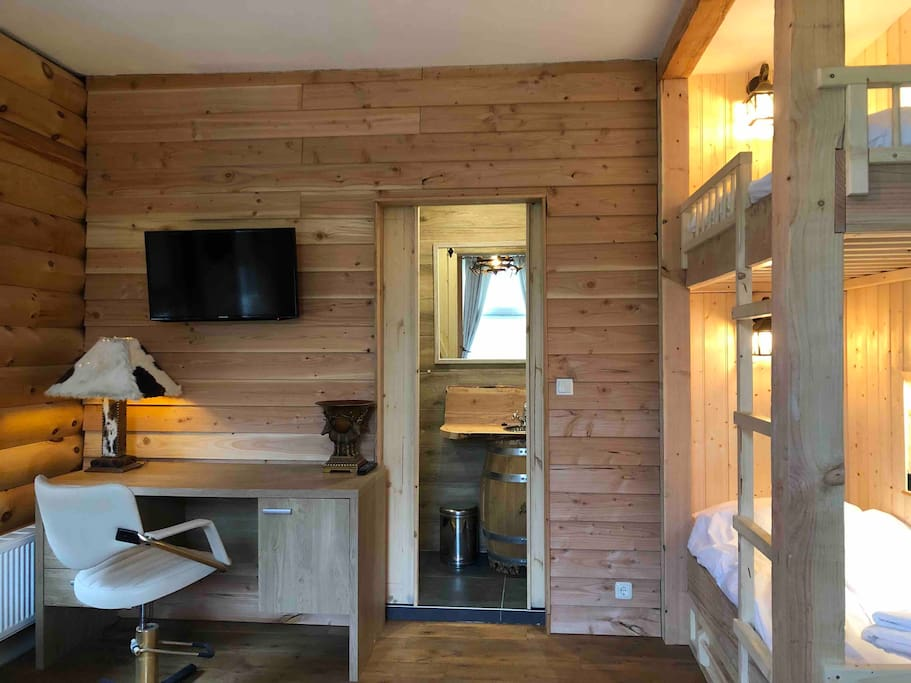 Bureau met tv, badkamer en stapelbed