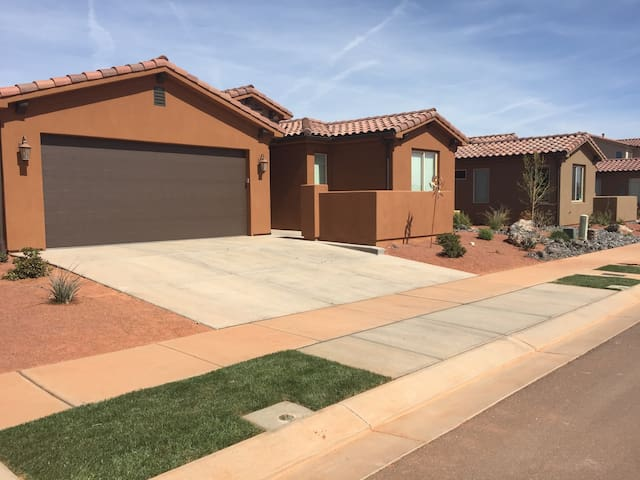 POOLS ARE OPEN! Perfect Red Rock Getaway - 3bd/2ba