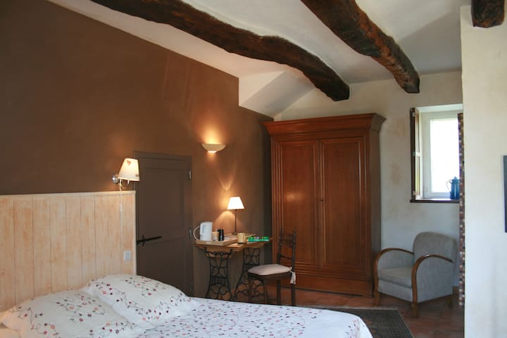 "a spacious room in a "" beautiful longere"" - Landévant - Bed & Breakfast"