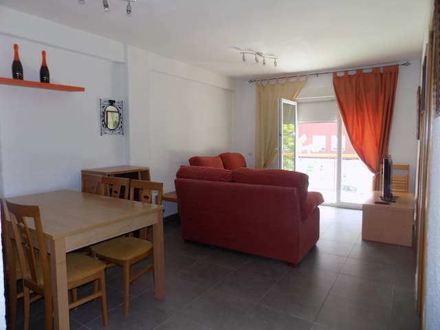 Salón comedor con salida al balcón y aire acondicionado