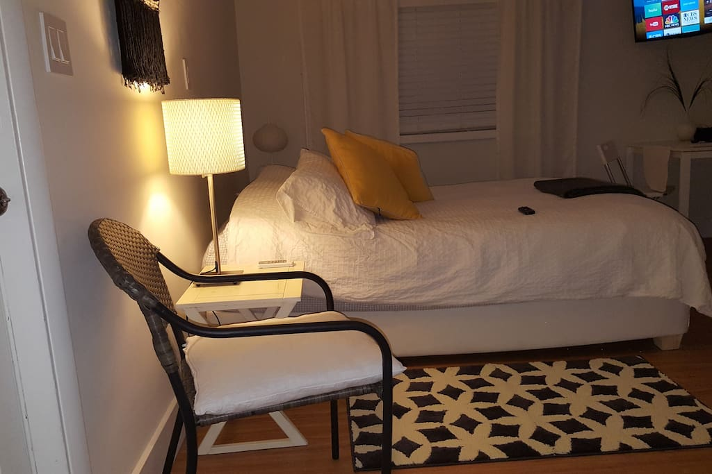 The comfortable Studio with private  bathroom, private entrance, outdoor patio, barbacue, parking free in the  the house