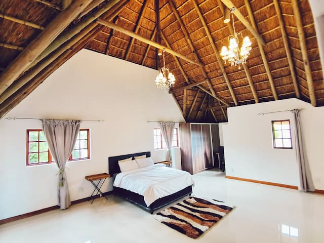 BRAND NEW MODERN THATCHED VILLA, Room 3