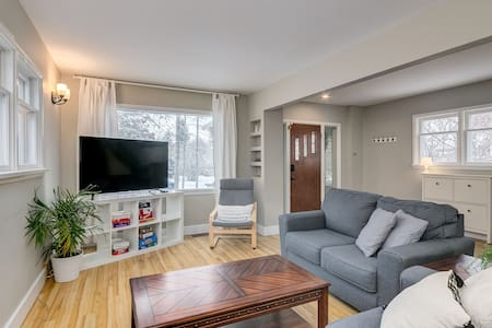 Bright and Spacious Home, Mins to DT w/ Banff Pass
