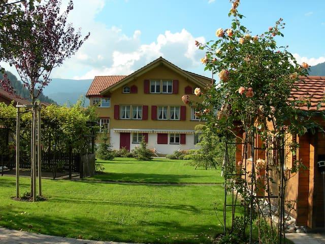 Spezielle Wohnung mit Garten inmitten der Bergwelt - Wilderswil - Lägenhet