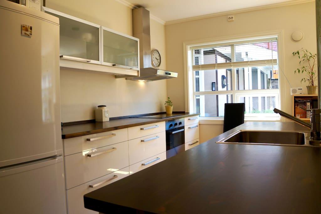 Kjøkken med god arbeidsplass og mye lys fra vindu
