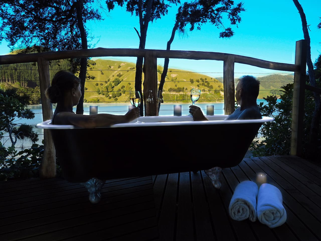 Relax, take in the spectacular scenery while indulging in our classic clawfoot bath. Positioned perfectly for gorgeous views and night skies. Watch the tide lap in and out. Definitely make a booking for this during your stay.