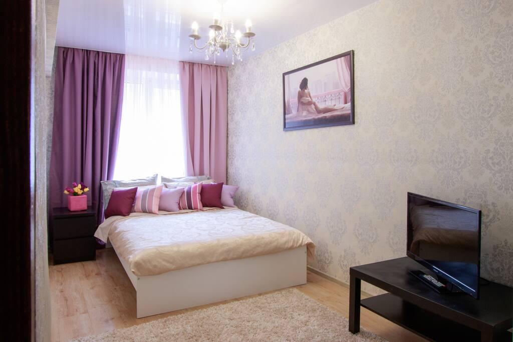 светлая спальня в лиловых тонах