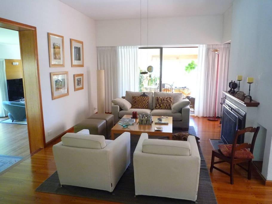 Living room, con hogar/chimenea.
